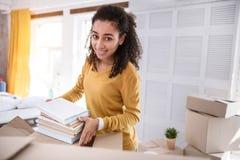 Menina encaracolado-de cabelo agradável que levanta quando embalar registrar fotografia de stock