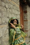 Menina encaracolado de sorriso bonita no traje nacional azeri Fotografia de Stock