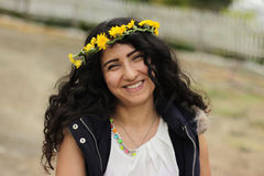 Menina encaracolado de sorriso com a grinalda principal floral Imagens de Stock