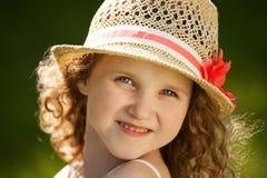 Menina encaracolado feliz pequena em um chapéu Fotos de Stock