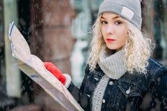 Menina encaracolado loura nova com o mapa de Londres, inverno Imagens de Stock