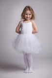 Menina encaracolado pequena em um vestido do bailado Fotos de Stock