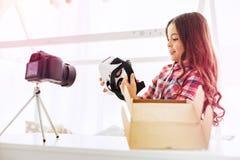 Menina encaracolado que filma seu blogue ao dizer seguidores sobre vidros novos da realidade virtual foto de stock royalty free
