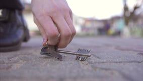A menina encontra chaves perdidas no tempo ensolarado da rua filme