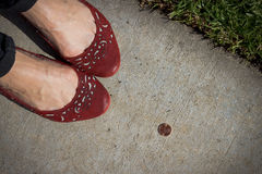 A menina encontra uma moeda de um centavo imagens de stock