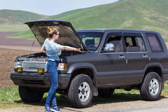 A menina engata um carro imagem de stock
