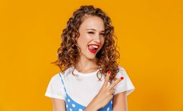 Menina engraçada bonita no fundo amarelo colorido fotografia de stock royalty free