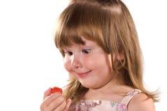 Menina engraçada com morango Fotografia de Stock