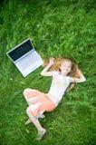 Menina engraçada com portátil fora fotos de stock royalty free