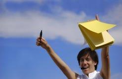 Menina engraçada com um noteb amarelo imagens de stock royalty free
