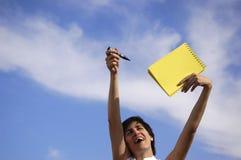 Menina engraçada com um noteb amarelo foto de stock royalty free