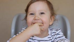 Menina engraçada feliz que sorri e que olha a câmera video estoque