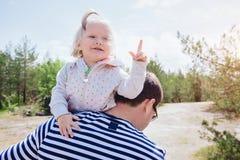 A menina engraçada mostra o dedo, ela obteve uma ideia Imagens de Stock