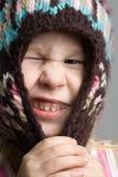 Menina engraçada no chapéu do inverno foto de stock