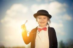 Menina engraçada no chapéu do laço e de jogador Foto de Stock Royalty Free