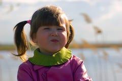 Menina engraçada no rio Imagens de Stock