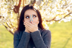 Menina engraçada que tenta medidas desesperadas lutar alergias da mola fotografia de stock