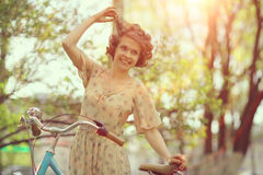 Menina engraçada na bicicleta no parque da mola Foto de Stock Royalty Free