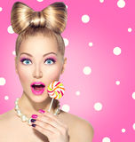 Menina engraçada que come o pirulito Fotos de Stock Royalty Free