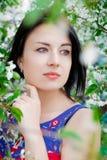 Menina entre as árvores de florescência Imagens de Stock Royalty Free