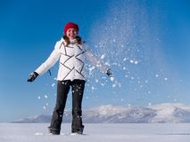Menina entre a neve de queda imagens de stock royalty free
