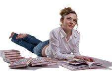 Menina entre os livros, isolados no fundo branco. Foto de Stock Royalty Free