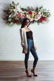 Menina entre a parede floral Foto de Stock Royalty Free