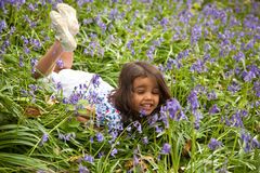 Menina entre sprinfglowers fotografia de stock royalty free