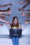 Menina entusiasmado do facebook Fotografia de Stock Royalty Free