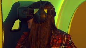 Menina entusiasmado que aprecia a atração da realidade virtual filme