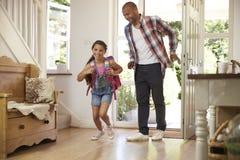 Menina entusiasmado que retorna em casa da escola com mãe Imagem de Stock Royalty Free