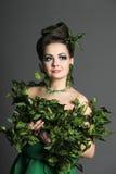 Menina envolvida com folhas da hera imagem de stock