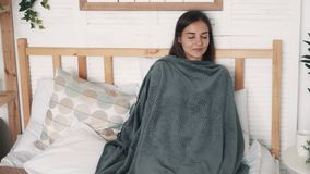 Menina envolvida nos restos e nos sonos gerais no hora do almoço, movimento lento video estoque