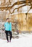 Menina ereta, sportswear vestindo do inverno, fundo urbano fotografia de stock
