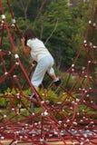 A menina escala cordas vermelhas imagens de stock royalty free
