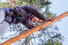 A menina escala em cordas o curso Fotografia de Stock