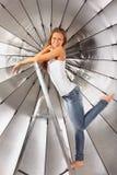 Menina escalada na escada perto do guarda-chuva de prata Imagens de Stock Royalty Free