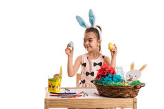 A menina escolhe o ovo da páscoa Fotos de Stock