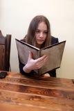 A menina escolhe o prato imagens de stock royalty free