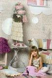 A menina escolhe o que vestir Fotografia de Stock Royalty Free