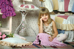 A menina escolhe o que vestir Fotografia de Stock