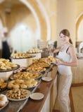 A menina escolhe a pastelaria Fotografia de Stock