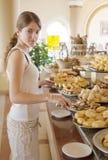 A menina escolhe a refeição doce fotografia de stock