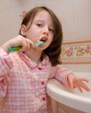 A menina escova os dentes Fotografia de Stock Royalty Free