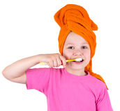 A menina escova os dentes Foto de Stock