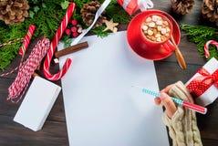 A menina escreve a letra a Santa Claus Fotos de Stock Royalty Free