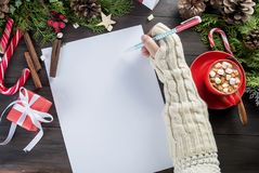 A menina escreve a letra a Santa Claus Fotografia de Stock Royalty Free