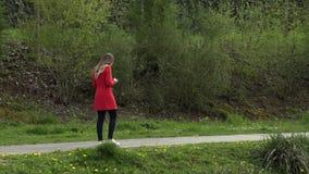 A menina escreve no telefone na rua vídeos de arquivo