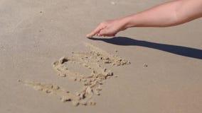A menina escreveu no amor da palavra da areia video estoque
