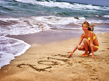 Menina escrita na areia 2017 dois mil e décimos sétimos anos Foto de Stock Royalty Free